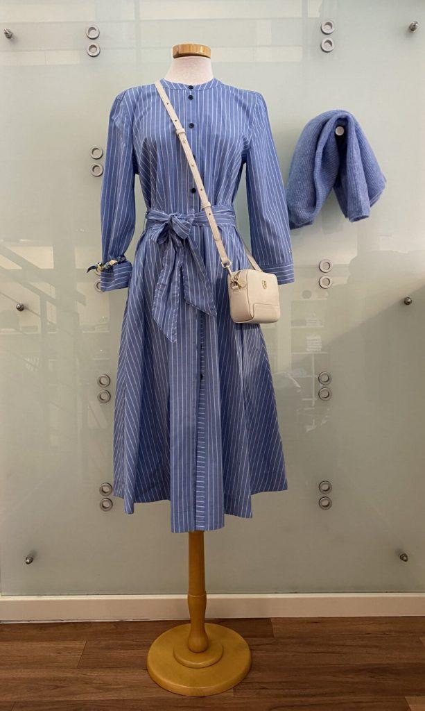 Blaues Frühlingskleid mit weißen Streifen und passendem Pullover - Göke Haus der Moden - Bad Driburg