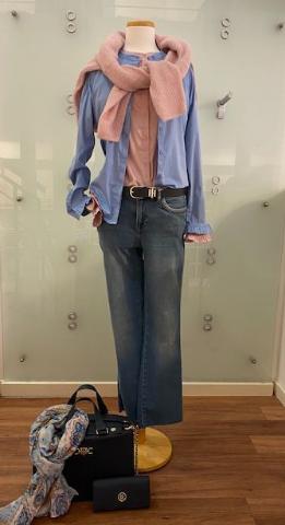 Schicke Kombination mit Jeans und Handtasche - Damenmode 2021 - Bad Driburg - GÖKE. Haus der Moden